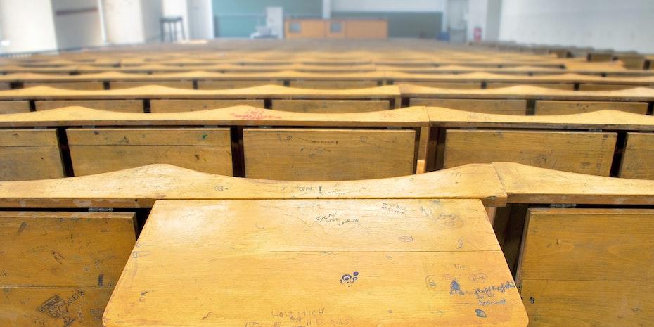 Hoersaal Symbolbild Lehrer im Hochschuldienst
