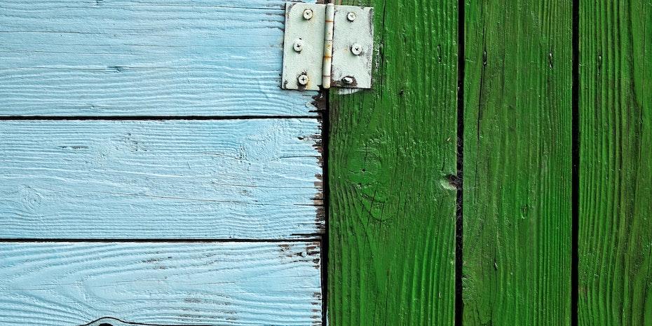 Holztueren Scharnier als Symbolbild fuer Unterschied Bewerbung Wissenschaft und Wirtschaft
