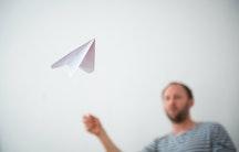 Papierflieger als Symbolbild fuer Lehrer Quereinstieg ohne Lehramtstudium