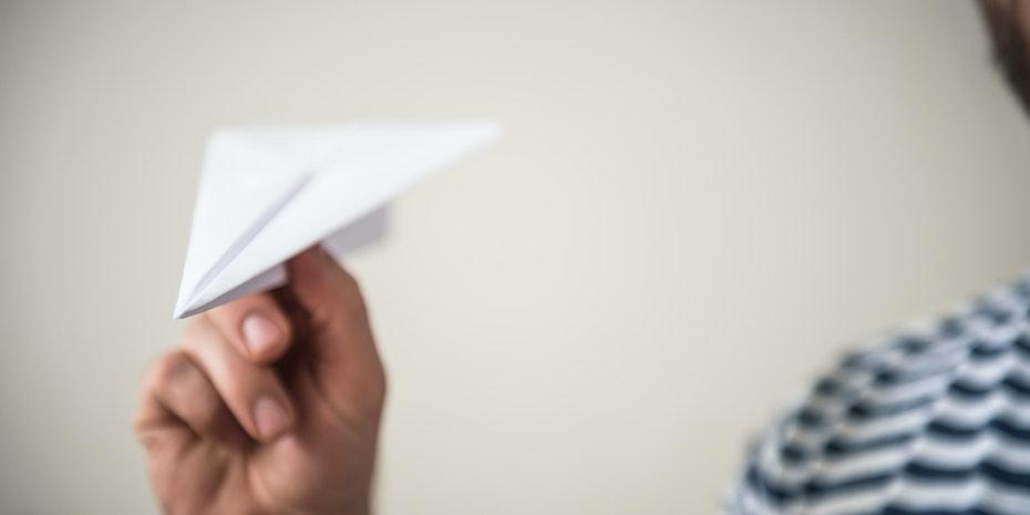 Papierflieger Symbolbild Maschinenbau Promotion