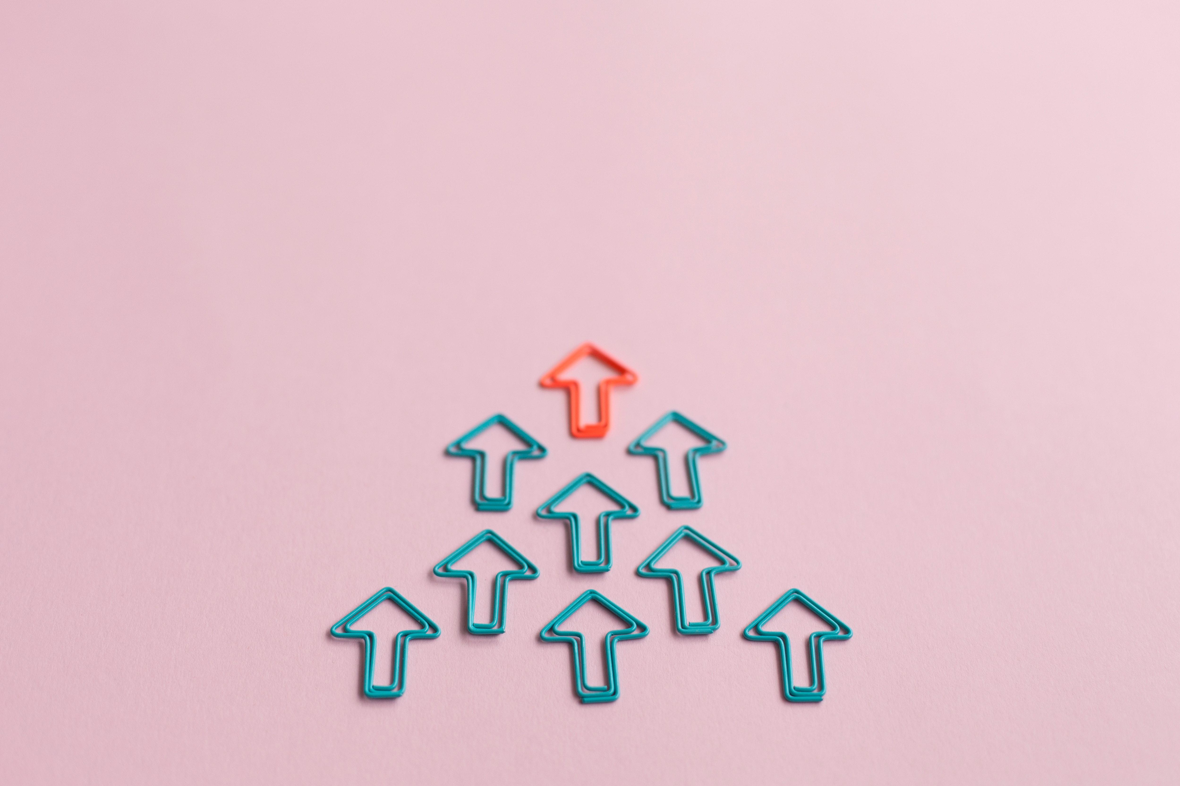 Pfeile Papier als Symbolbild fuer Forschungsmanagement