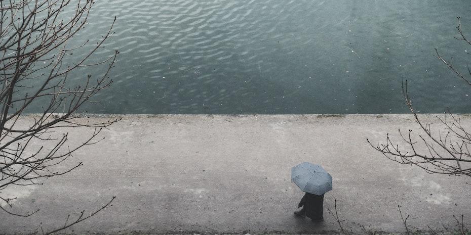 Regen Schutz Symbolbild Krankenversicherung Akademiker