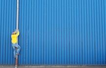 Regenrinne Mann Symbolbild Industriepromotion