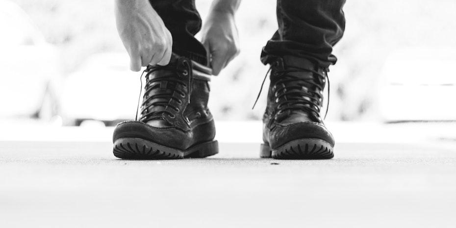 Schuhe anziehen Symbolbild Vorbereitung Promotion