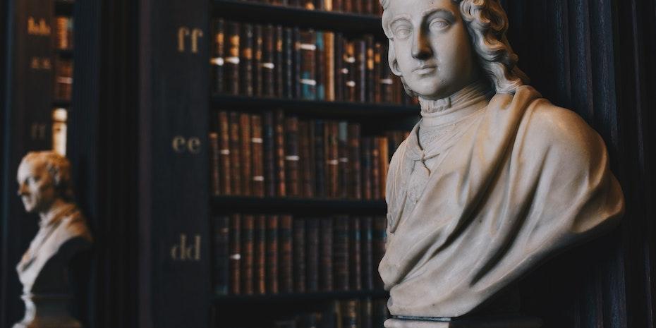 Skulptur als Symbolbild für Kanzler Uni