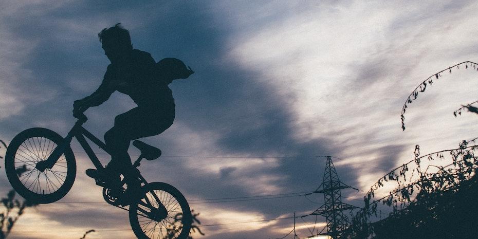 Sprung als Symbolbild fuer Motivation steigern und Selbstmotivation
