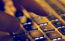 Tastatur Finger als Symbolbild fuer Gehalt Softwareentwickler