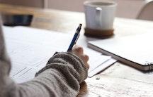 Tisch Hand Stift - Symbolbild Online-Seminar