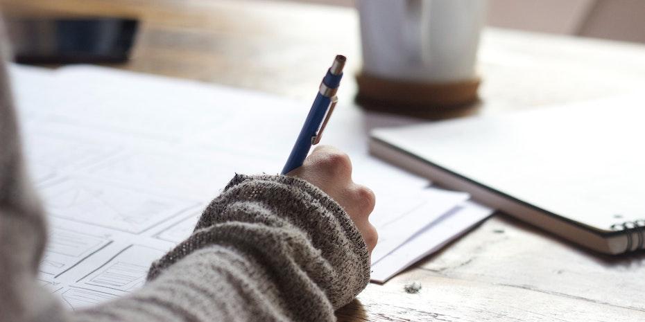 Tisch Hand Stift - Symbolbild Webinar